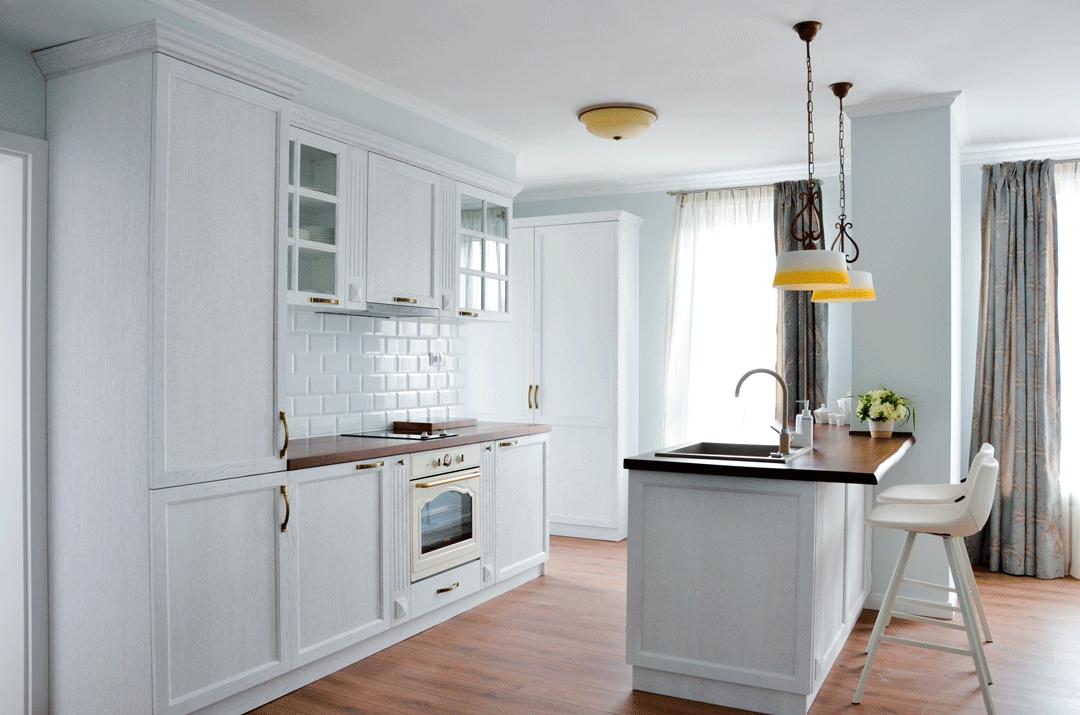 Cuisine blanche et plan gris pour travailler dans un style moderne
