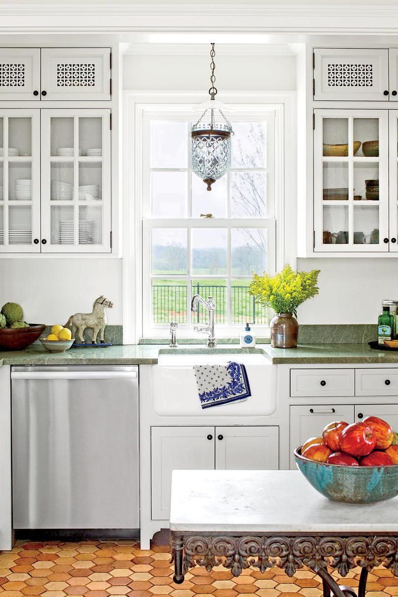 Cuisine blanche confortable et plan de travail en marbre gris