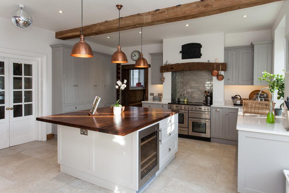 Grande cuisine blanche et comptoir en bois