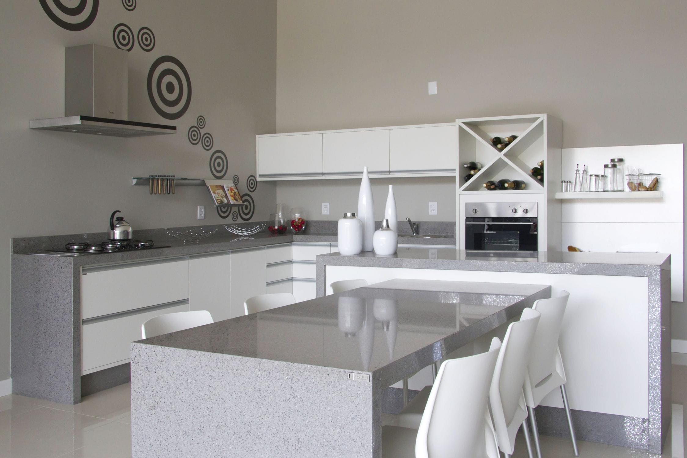 Une cuisine d'art blanc et un plan de travail gris