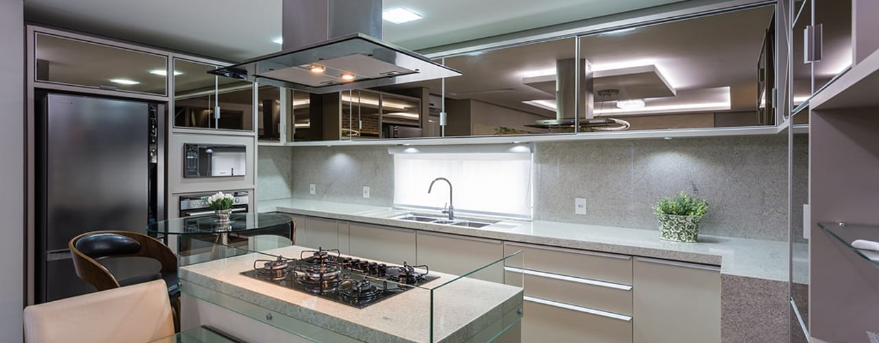 Cuisine moderne blanche et plan de travail gris avec miroirs