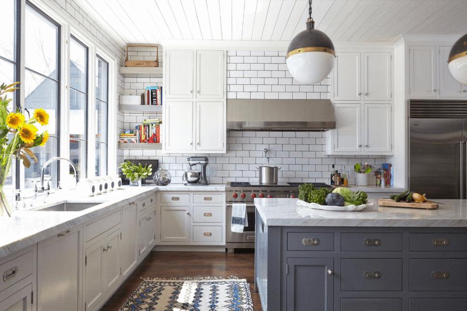 Cuisine blanche et plan de travail gris avec pierres blanches