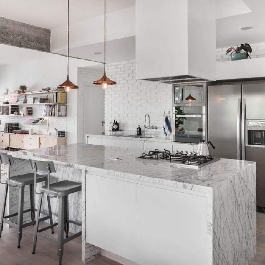 Cuisine et salon blanc et plan de travail gris