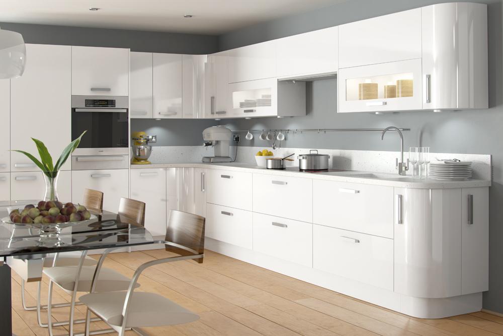 Grande cuisine blanche et plan de travail gris