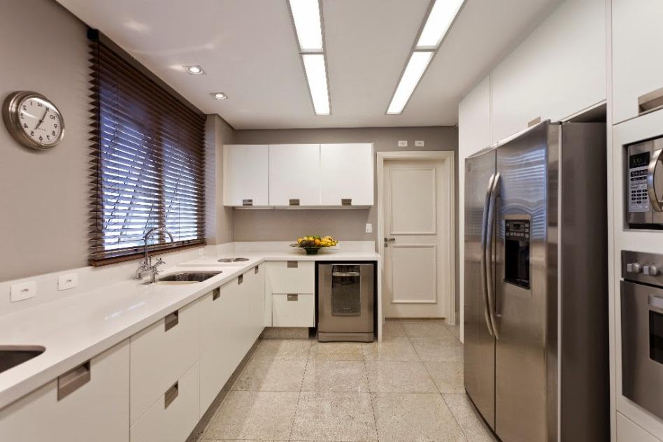 Plan de travail et cuisine blanc gris avec un design épuré
