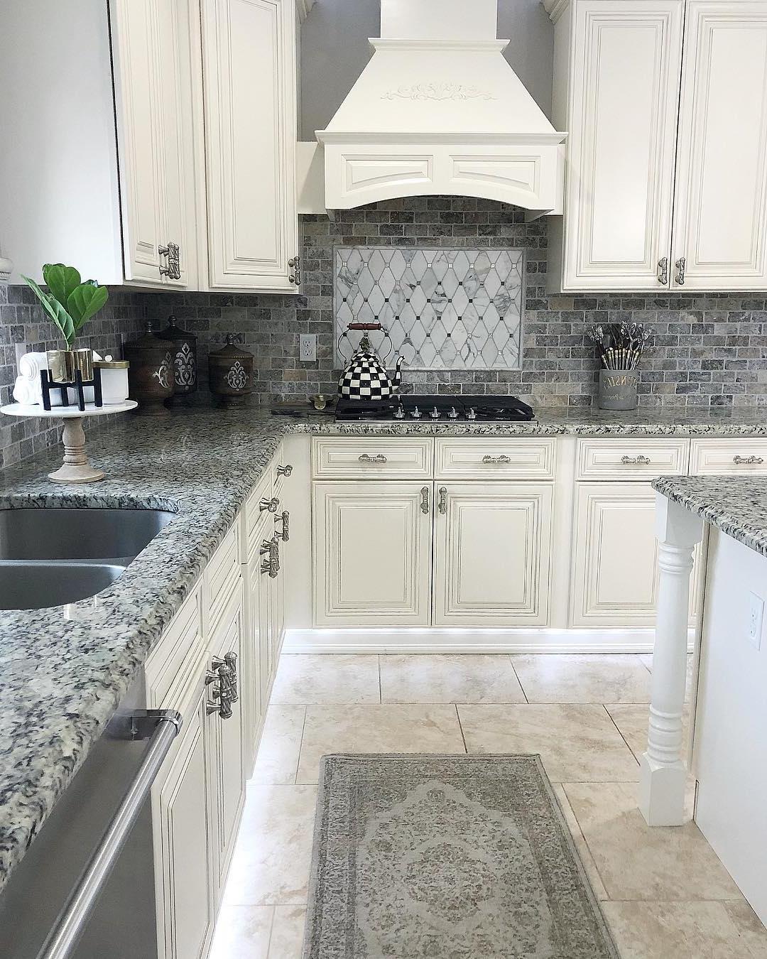 Plan de cuisine blanc et pierre grise