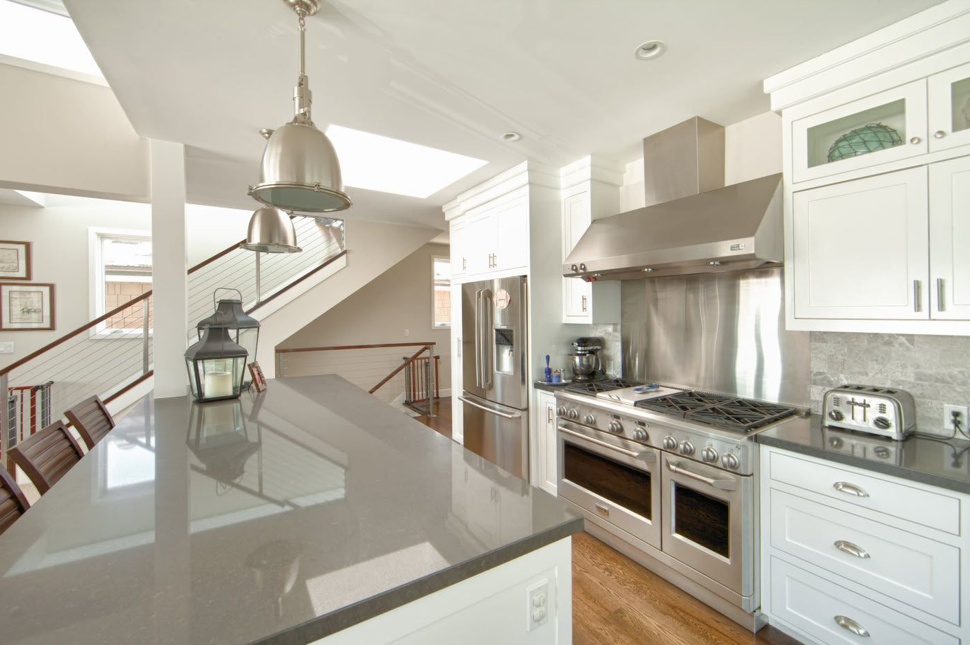 Grande cuisine sophistiquée et blanche et plan de travail gris