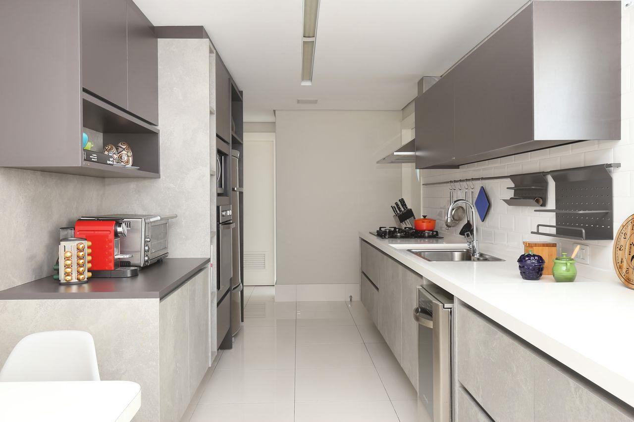 Petite cuisine blanche et comptoir gris
