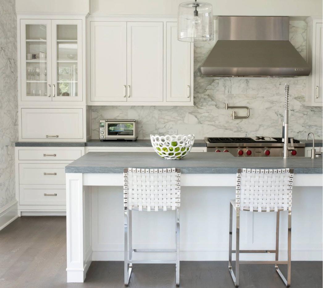 Petite cuisine blanche et plan de travail gris