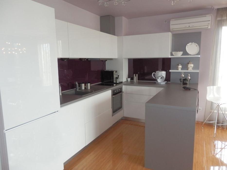 Cuisine blanche et plan gris pour travailler avec du violet