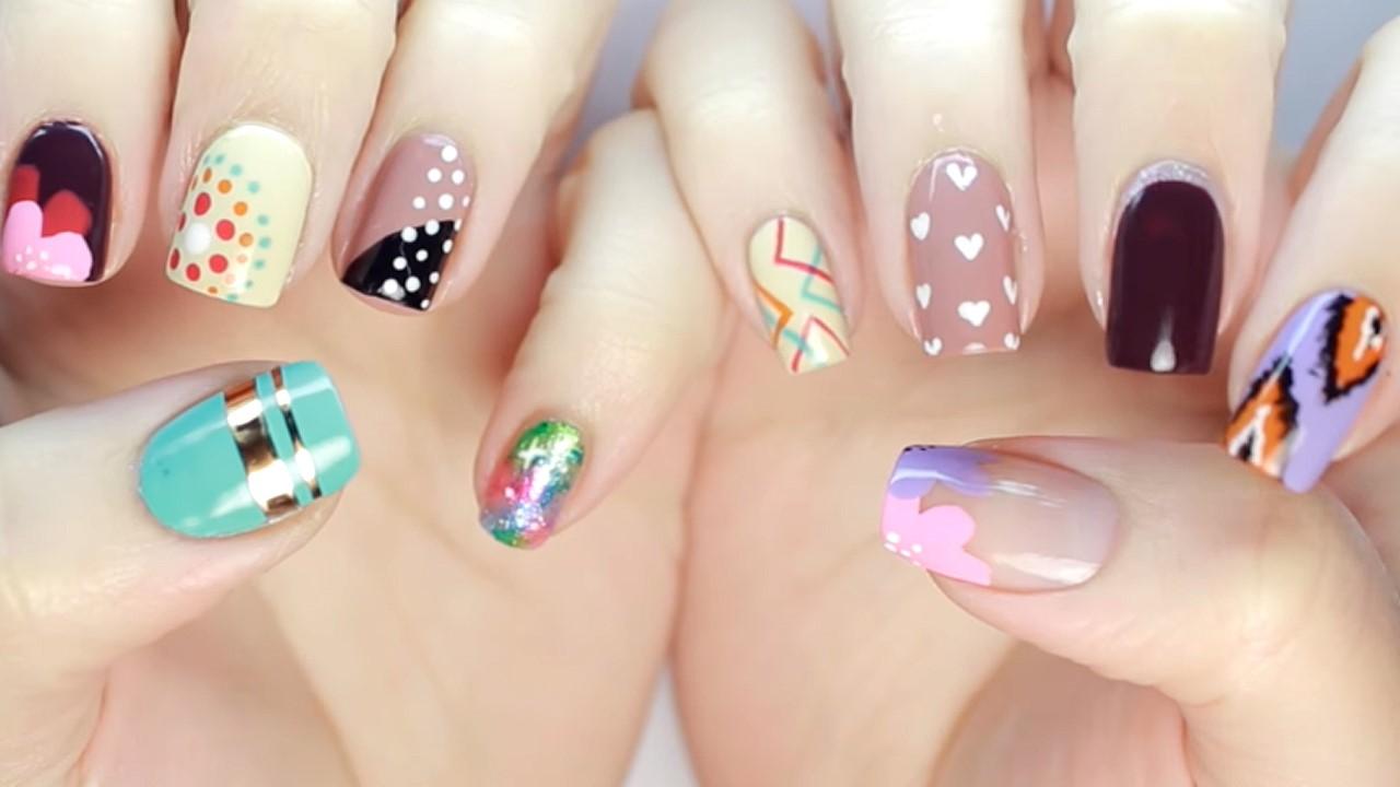Déco d'ongles multicolore et amusante.