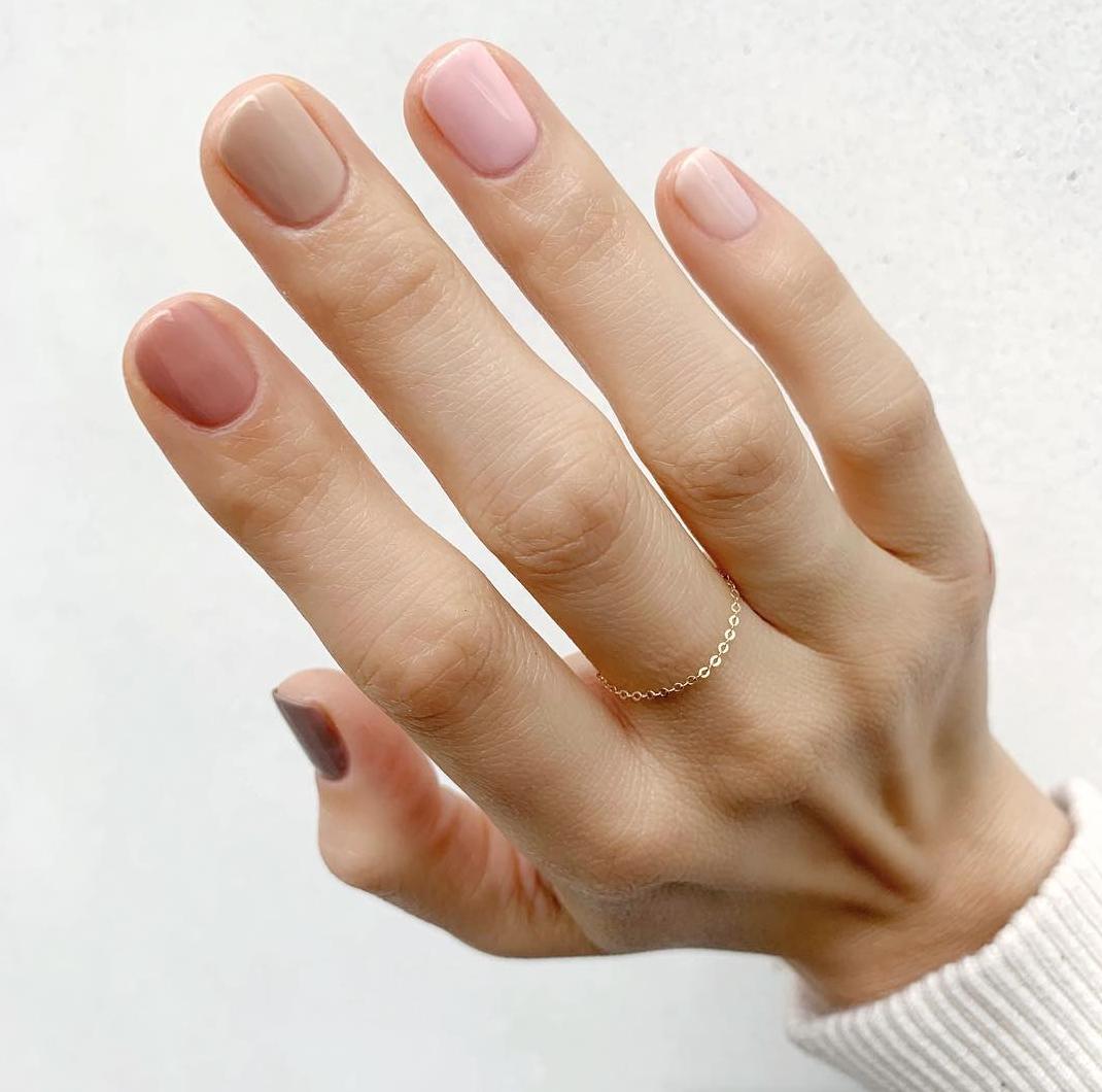 Déco d'ongles nude multicolore.