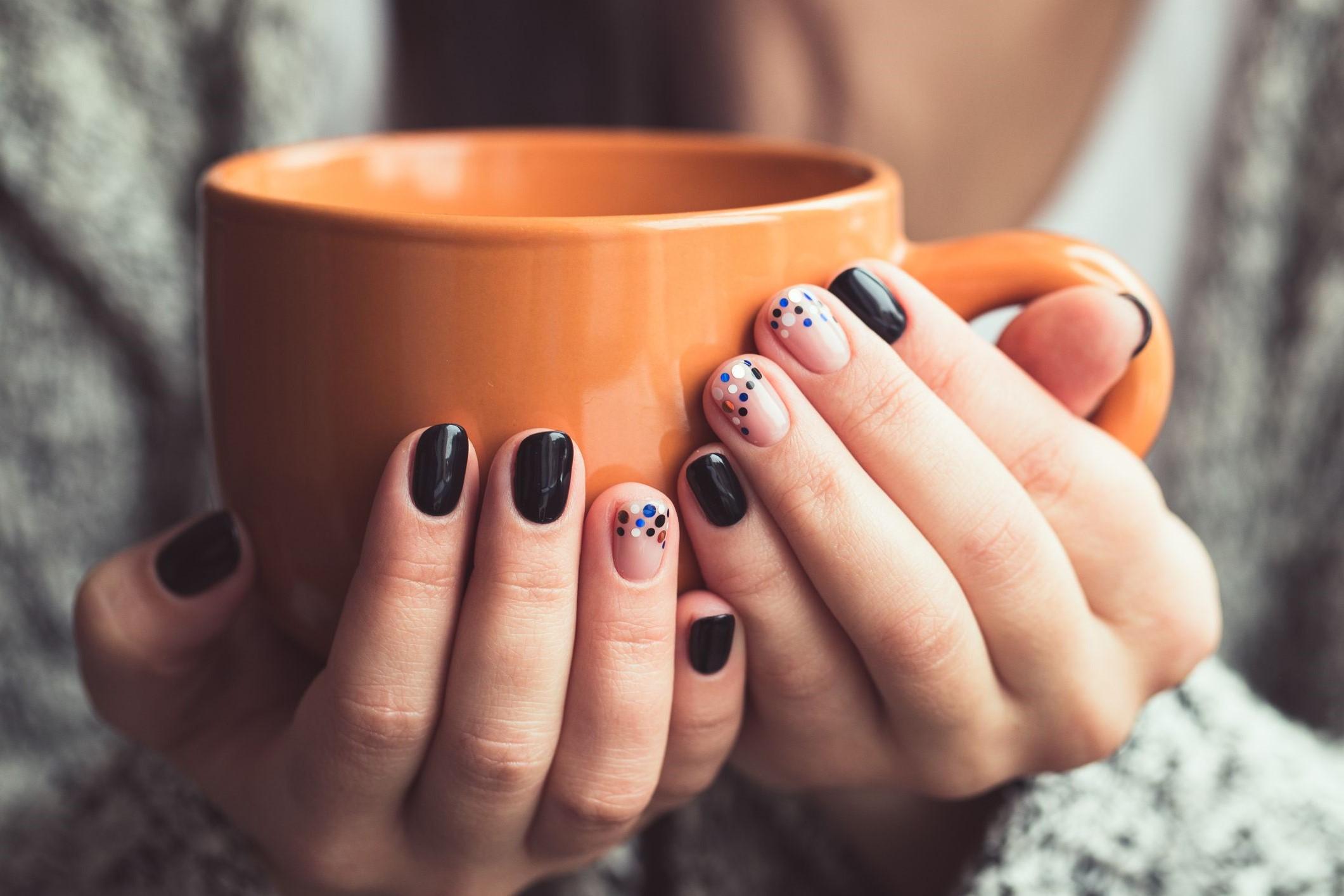 Déco d'ongles simple et facile à réaliser à la maison.