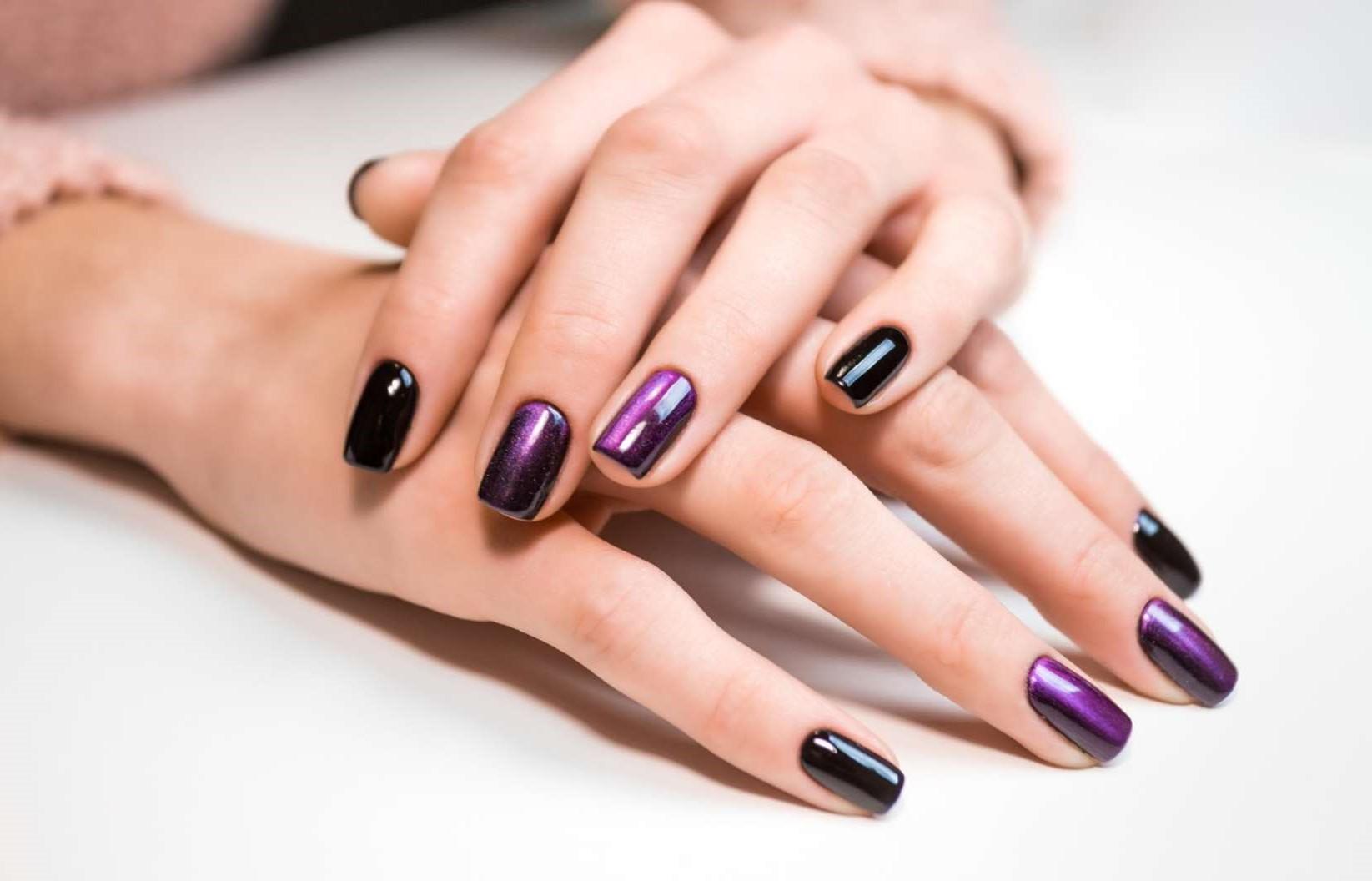 Déco d'ongles noir et violet.