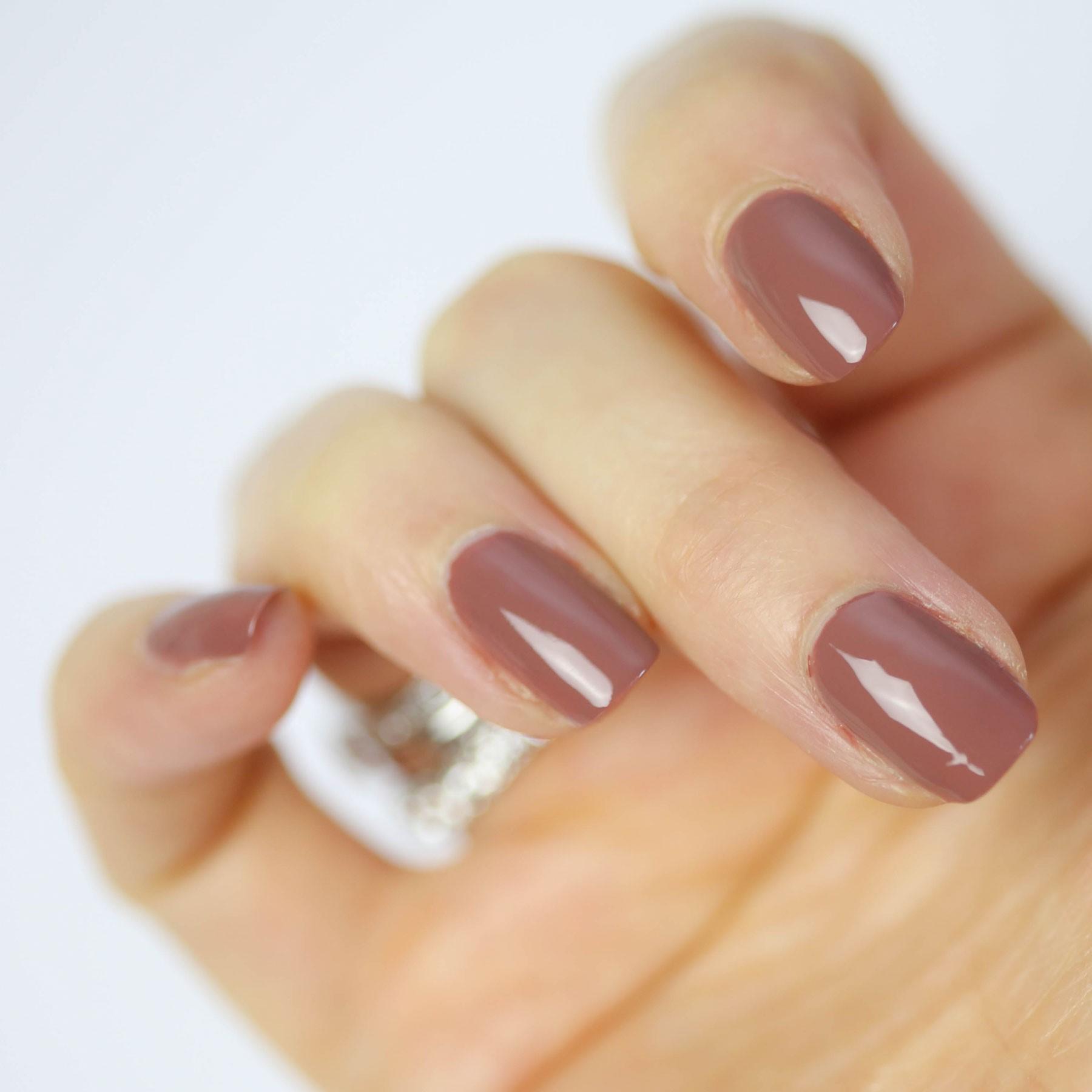 Le vernis à ongles nude convient à chaque événement.