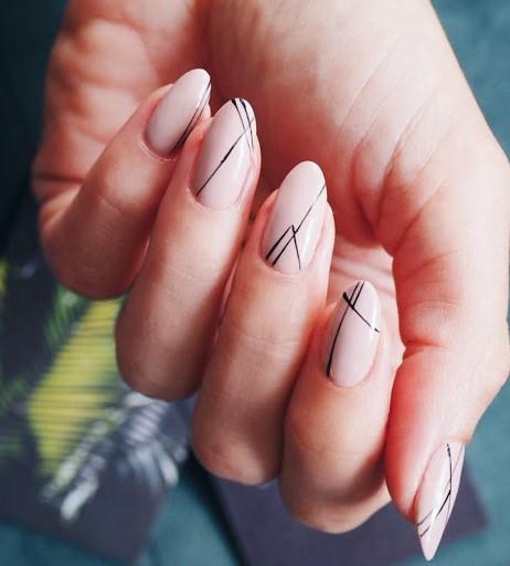 Déco d'ongles bicolore.