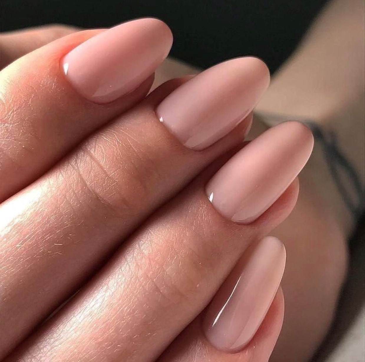 Vernis à ongles rose.