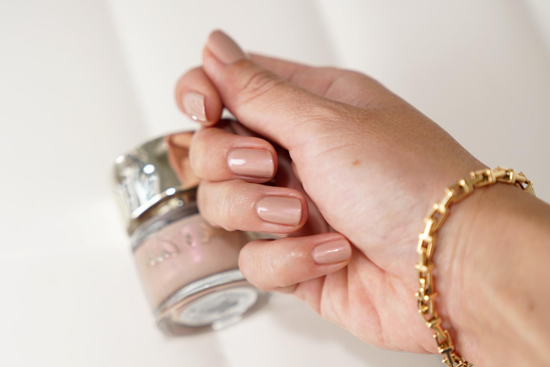 Vernis à ongles beige.