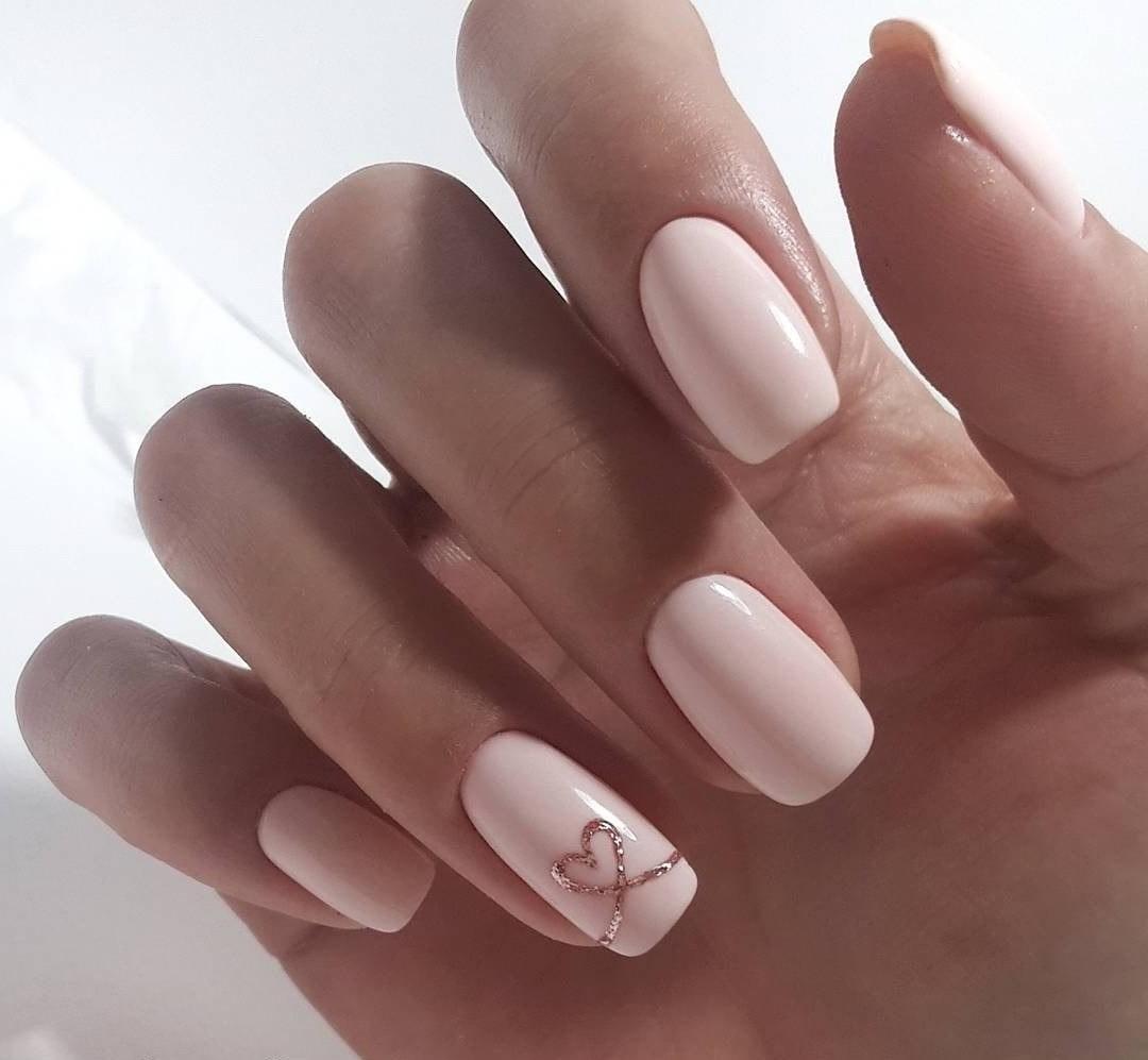 Déco d'ongles nude facile à réaliser.