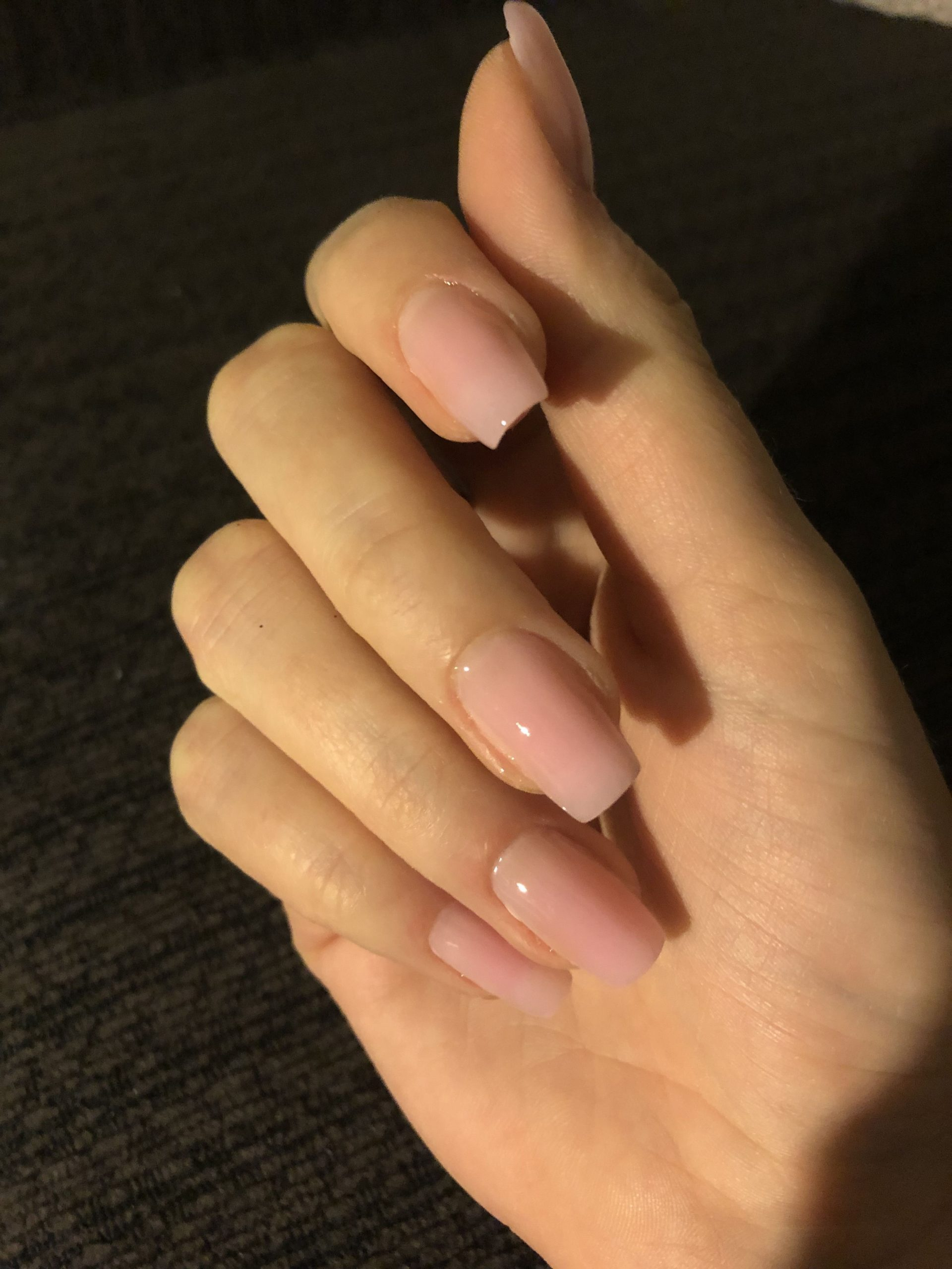 Vernis à ongles nude.