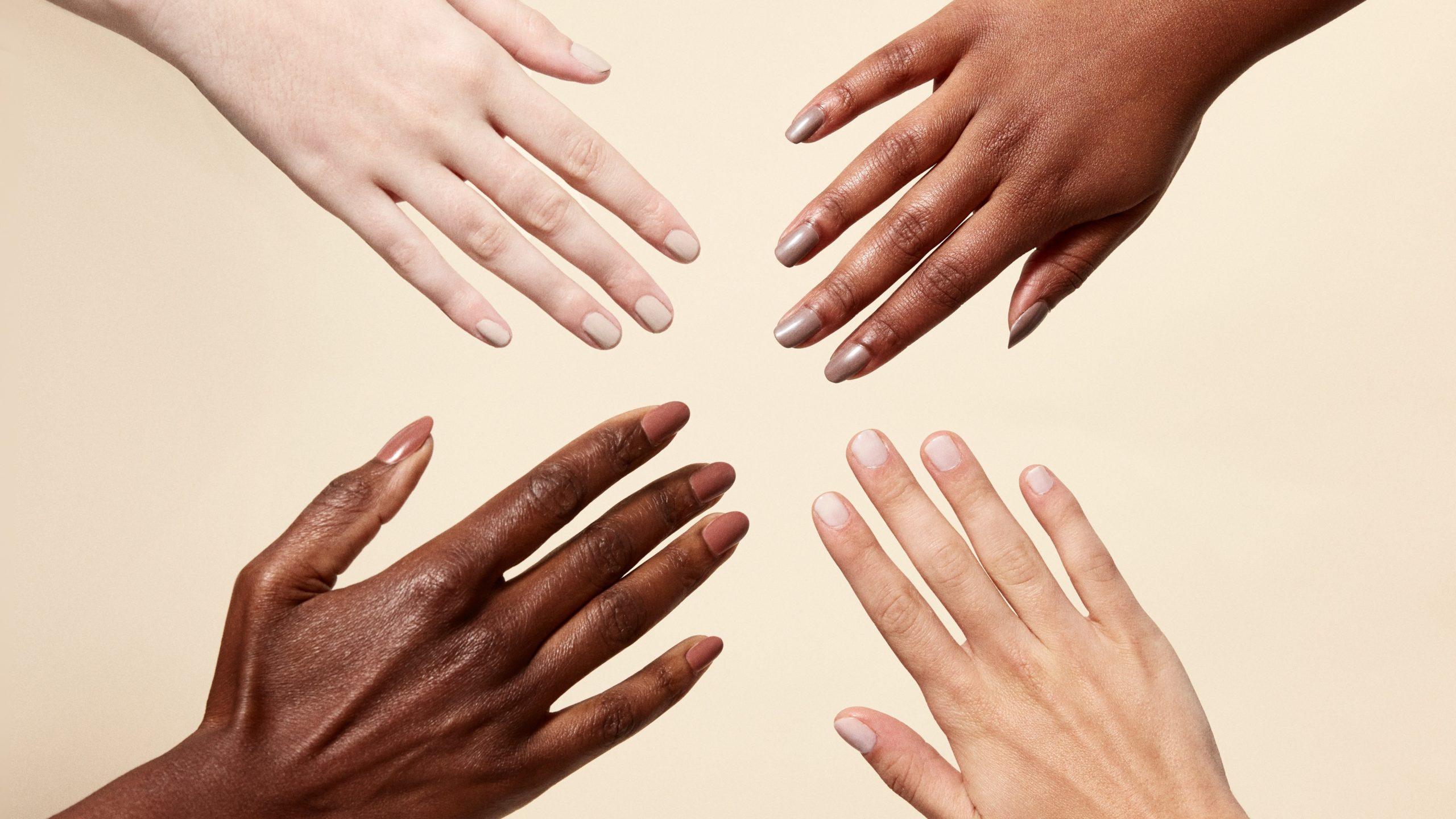 Vernis à ongles nude choisi selon la couleur de la peau.