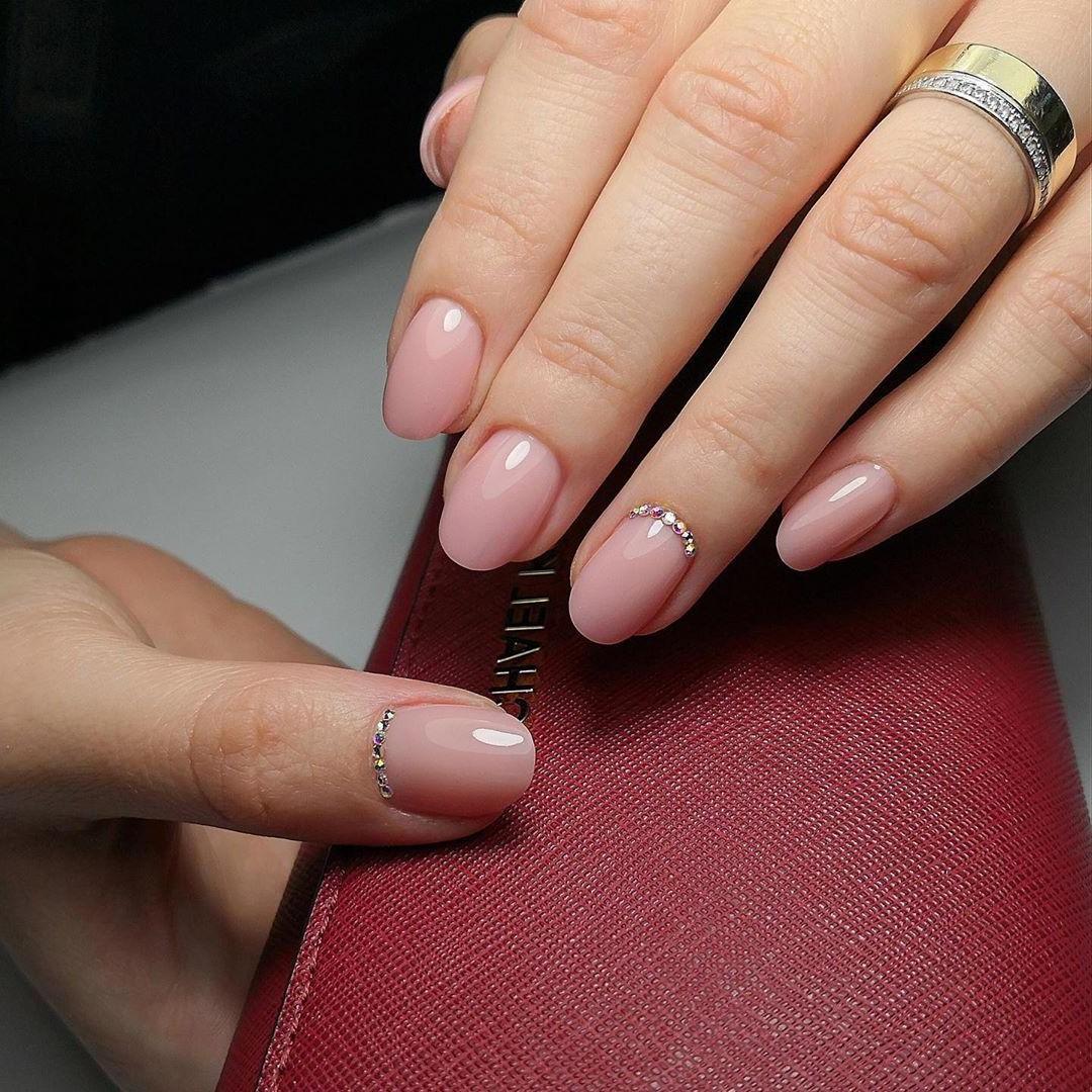 Choisissez une décoration élégante pour vos ongles.