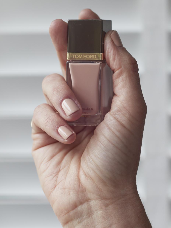 Déco d'ongles nude simple et élégante.
