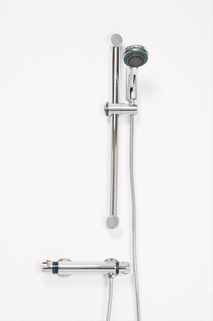 Une pomme de douche à main est un appareil fixe qui est attaché à une source d'eau.