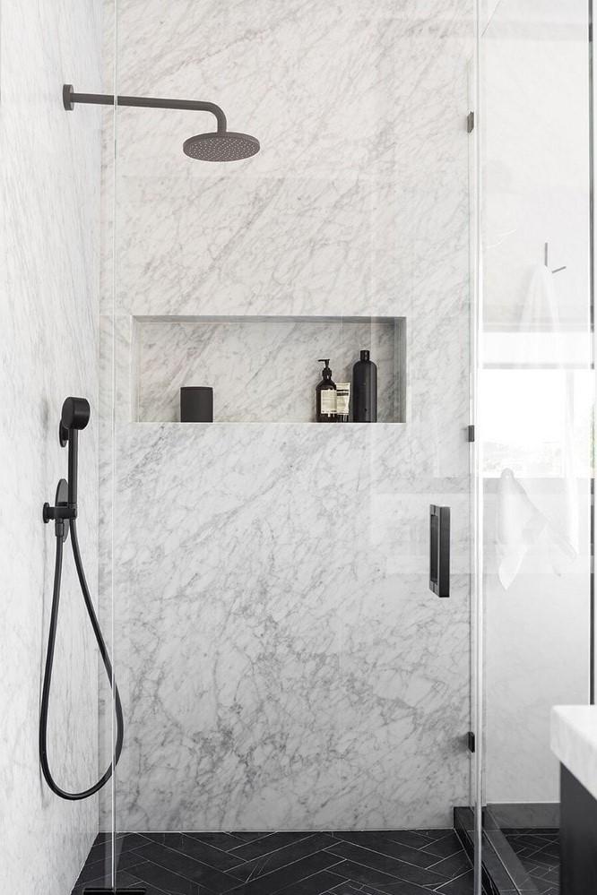 Douche flexible dans une couleur moderne.