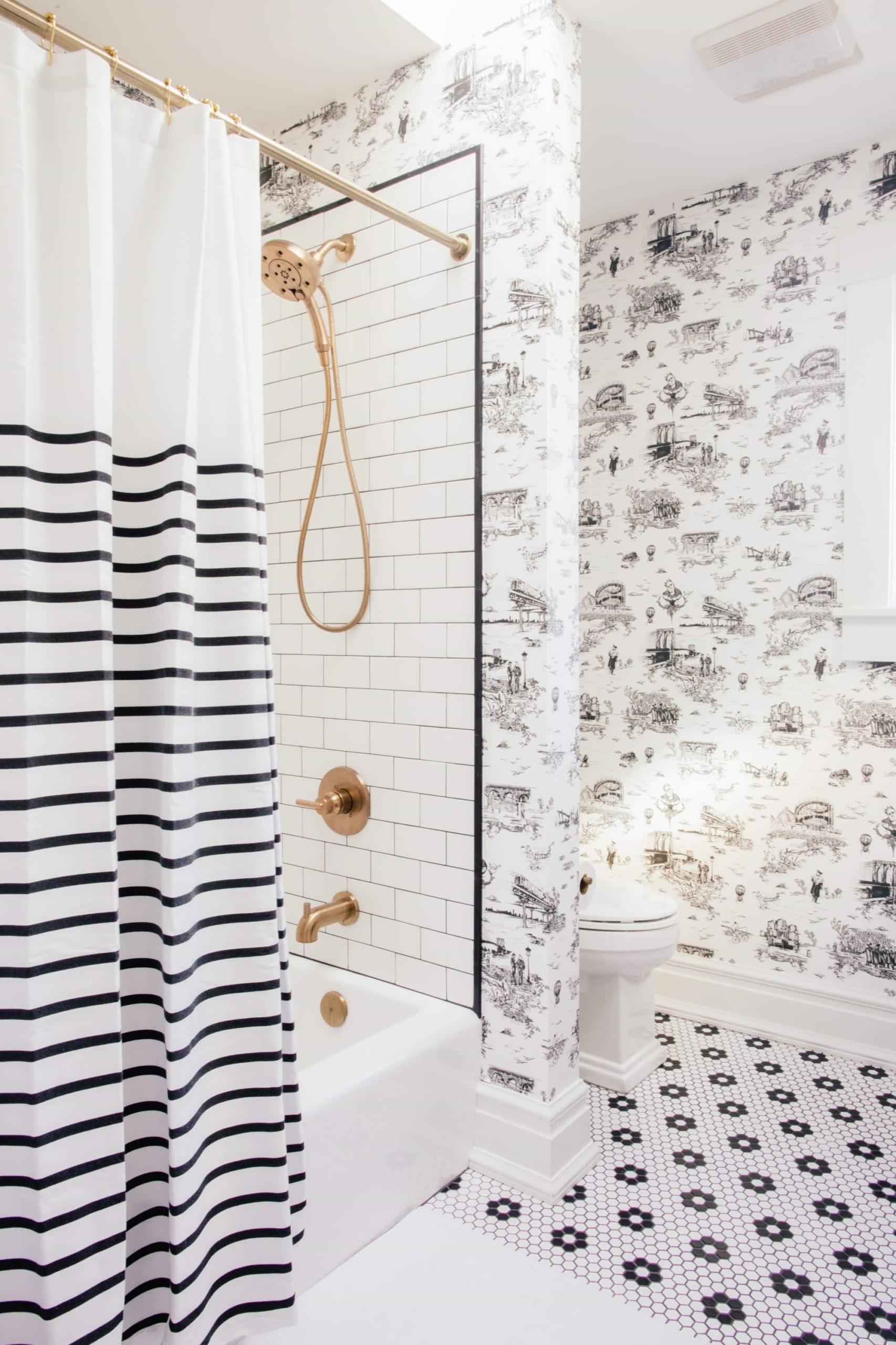 Douche à main de couleur dorée.