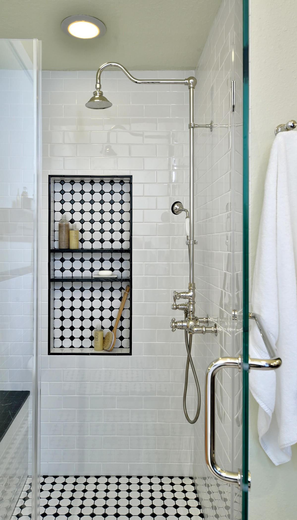 Douche fixe avec douchette à main.