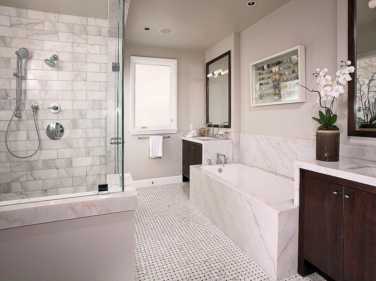 Salle de bains avec baignoire et douchette.