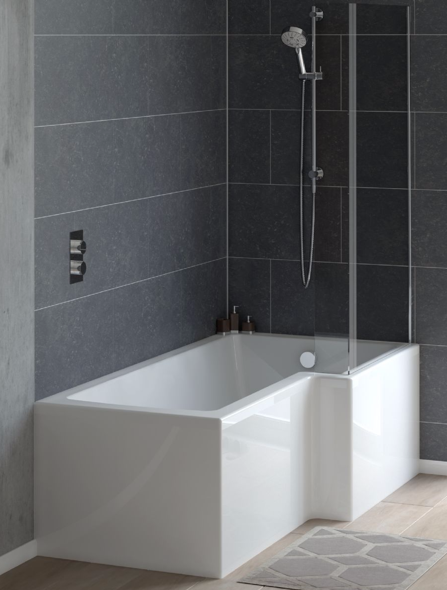 Salle de bains avec baignoire moderne.