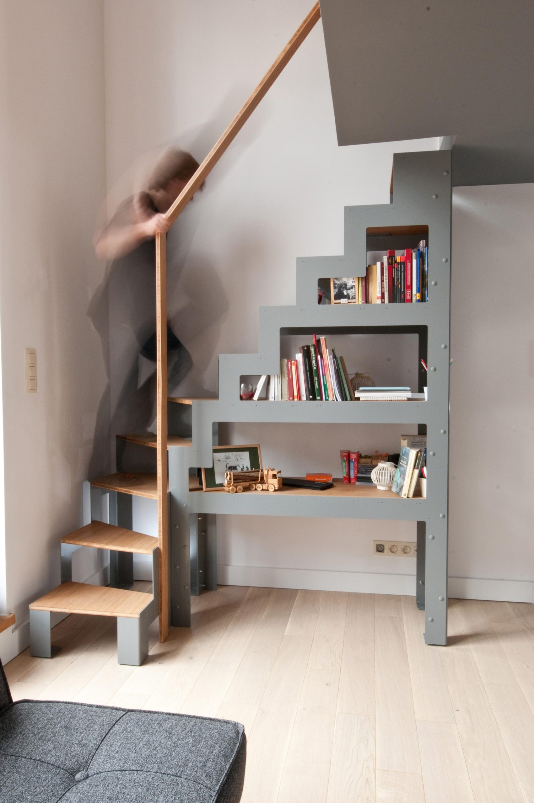 Escalier quart tournant avec espace de rangement intégré.