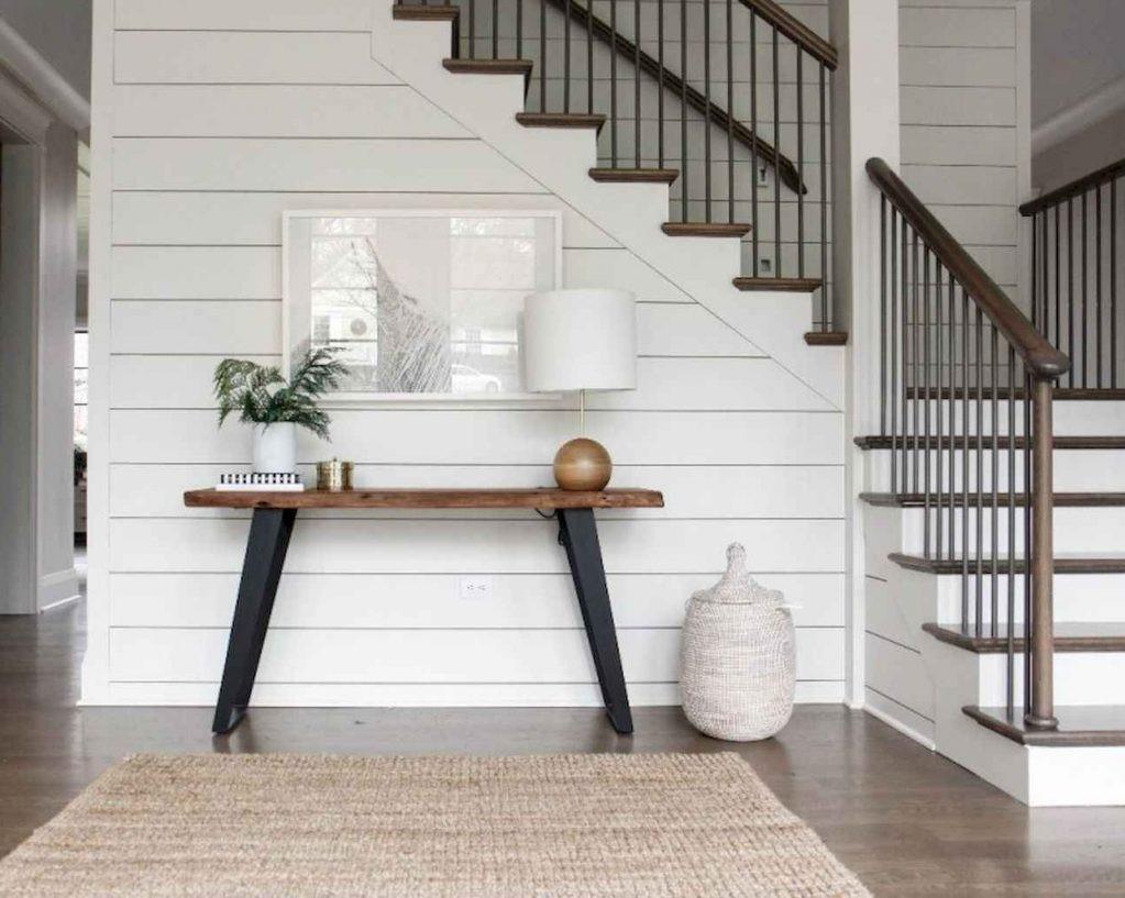 Escalier bicolore en bois.