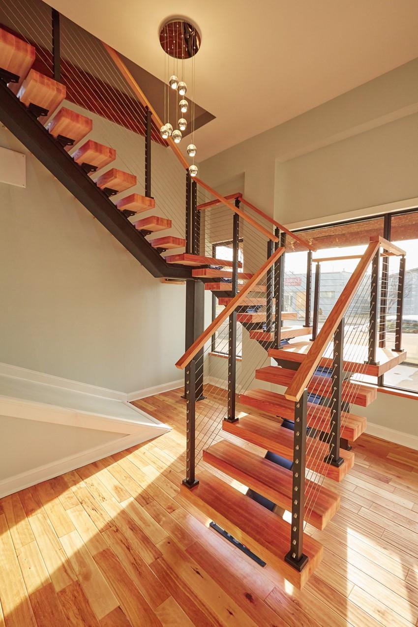 Escalier en bois avec des éléments en métal.