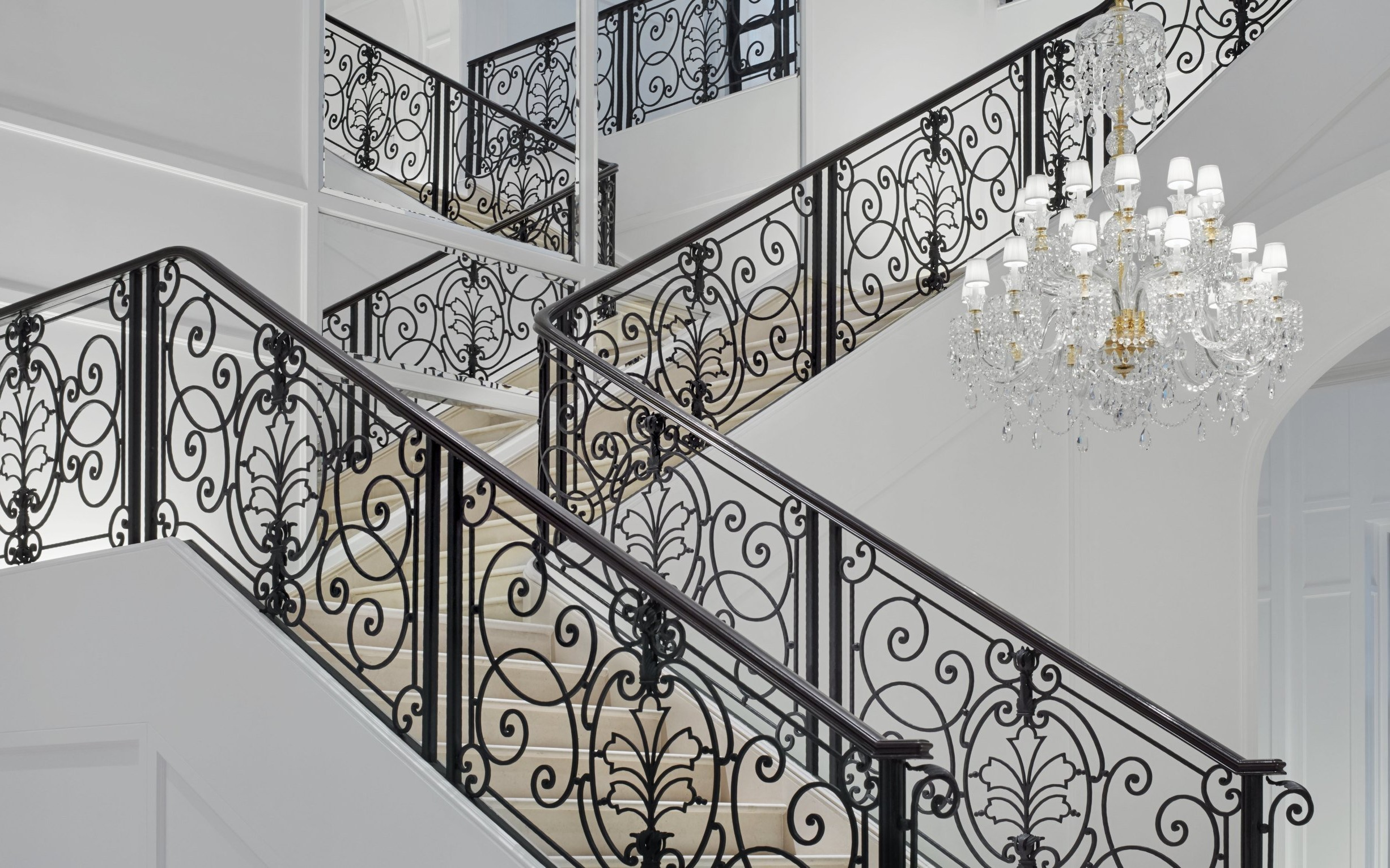 Escalier avec des balustrades élégantes.