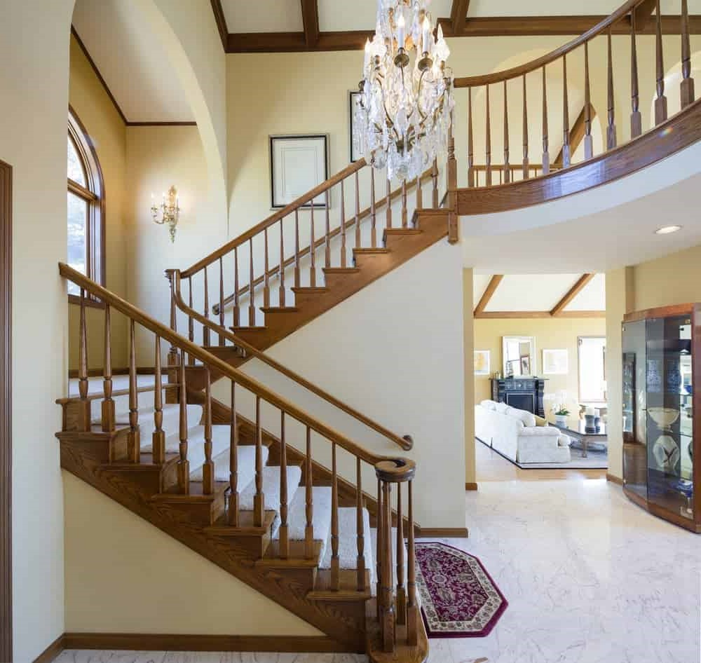 Escalier avec des balustrades en bois.