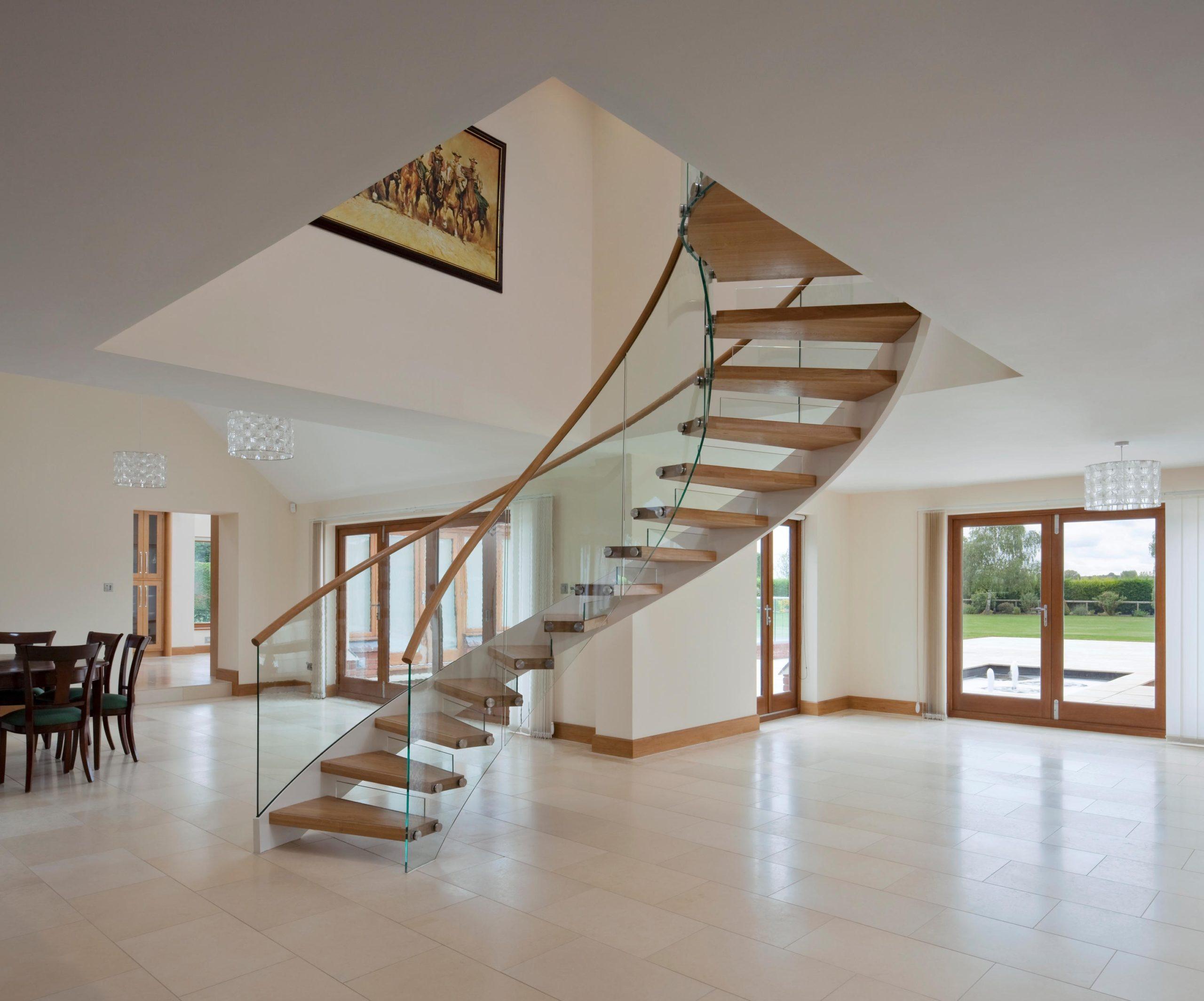 Escalier en bois élégant avec balustrades en verre.