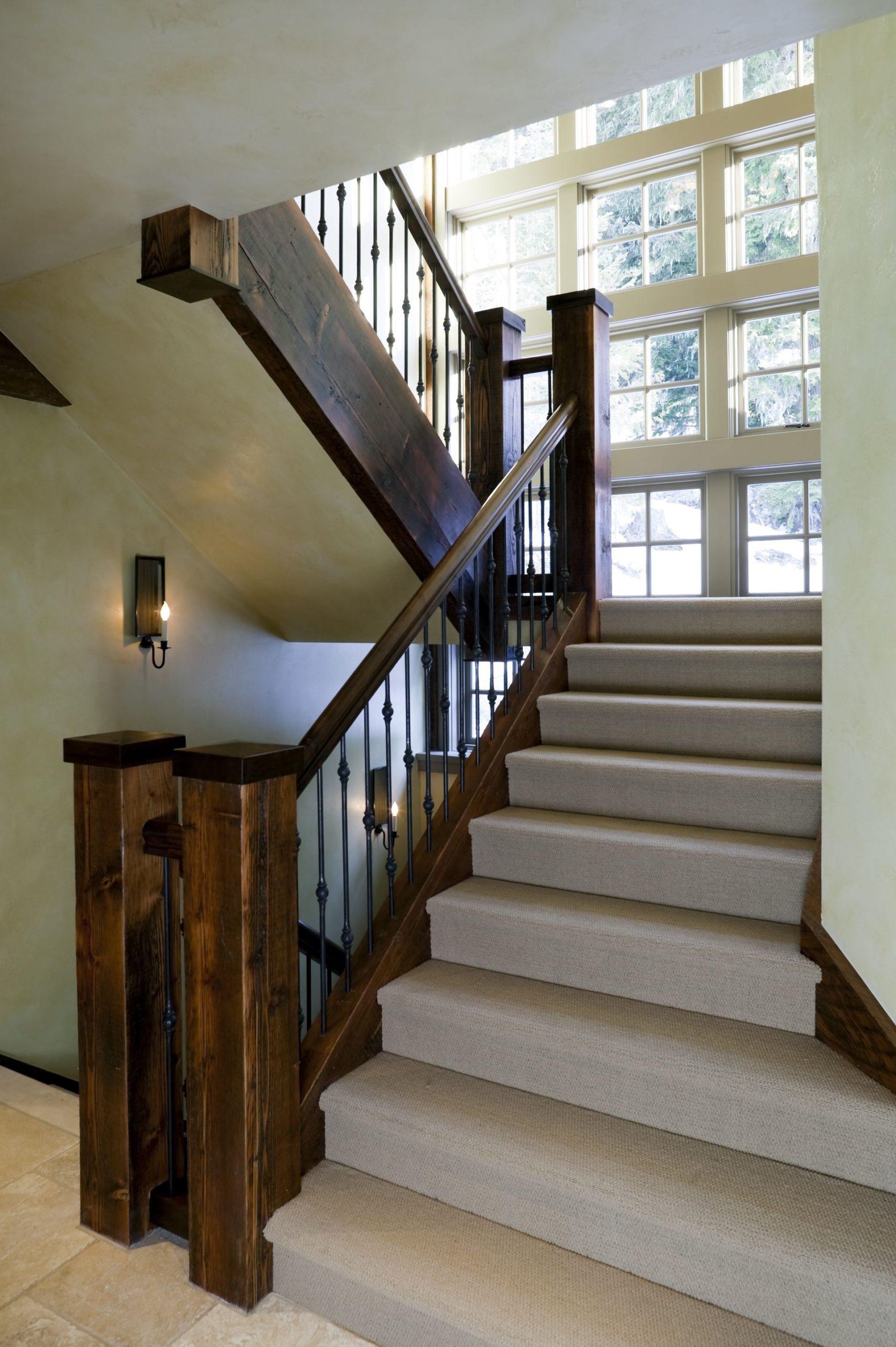 Escalier classique avec des balustrades en bois.