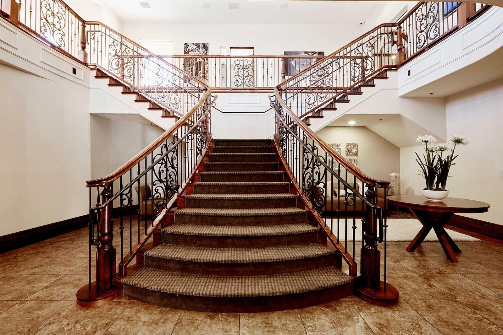 Ensuite, personnalisez-le vous-même en ajoutant, par exemple, une rampe d'appui plus décorative ou même un tapis.