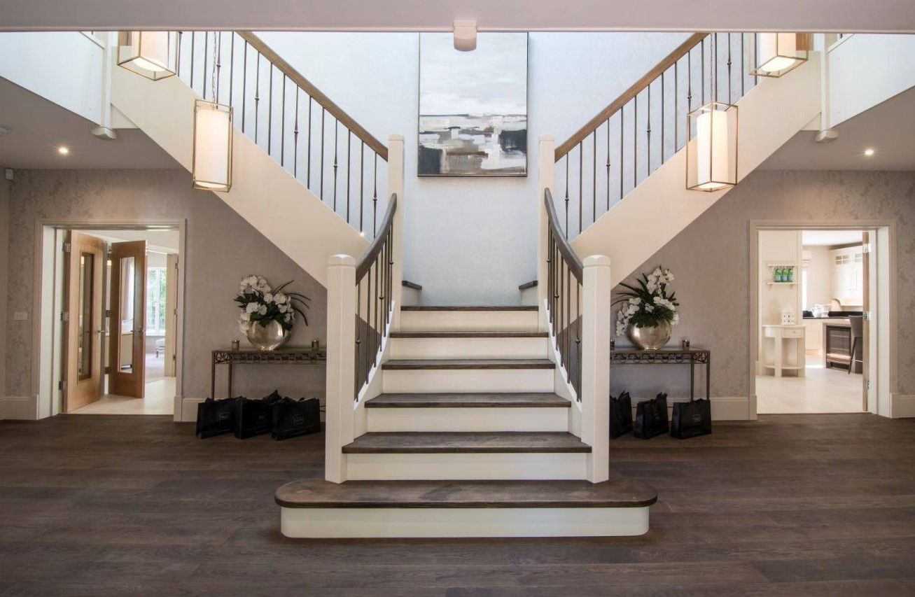 Escalier bicolore et moderne.