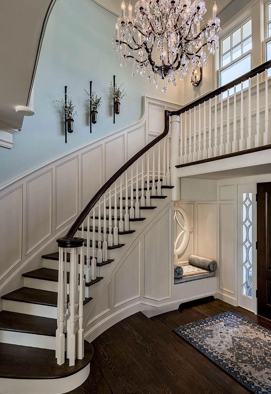 Ajoutez des décorations sur les murs qui entorent votre escalier.