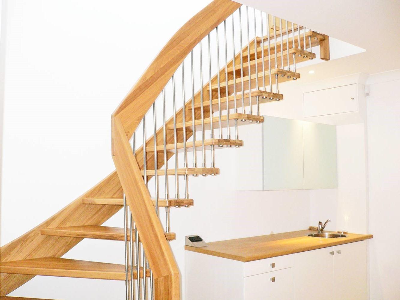 Escalier quart tournant en bois.