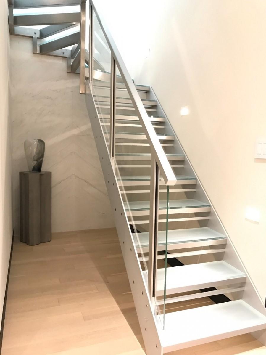 Escalier en métal avec des balustrades en verre.