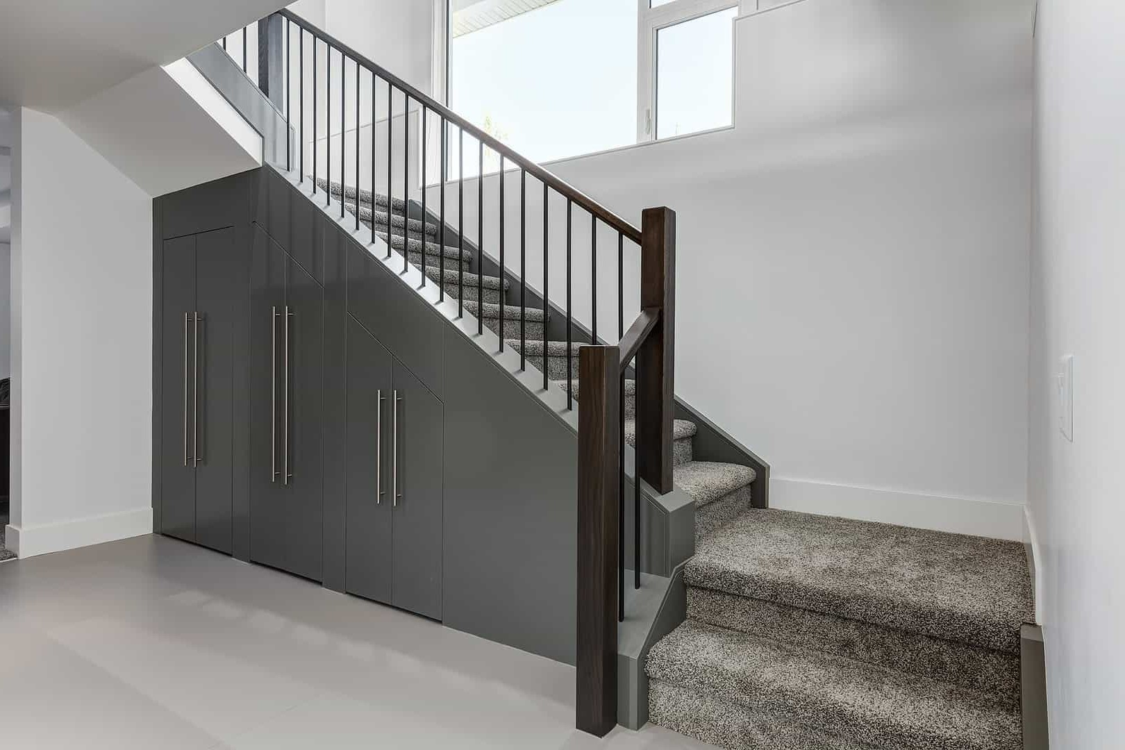 Escalier recouvert de moquette.