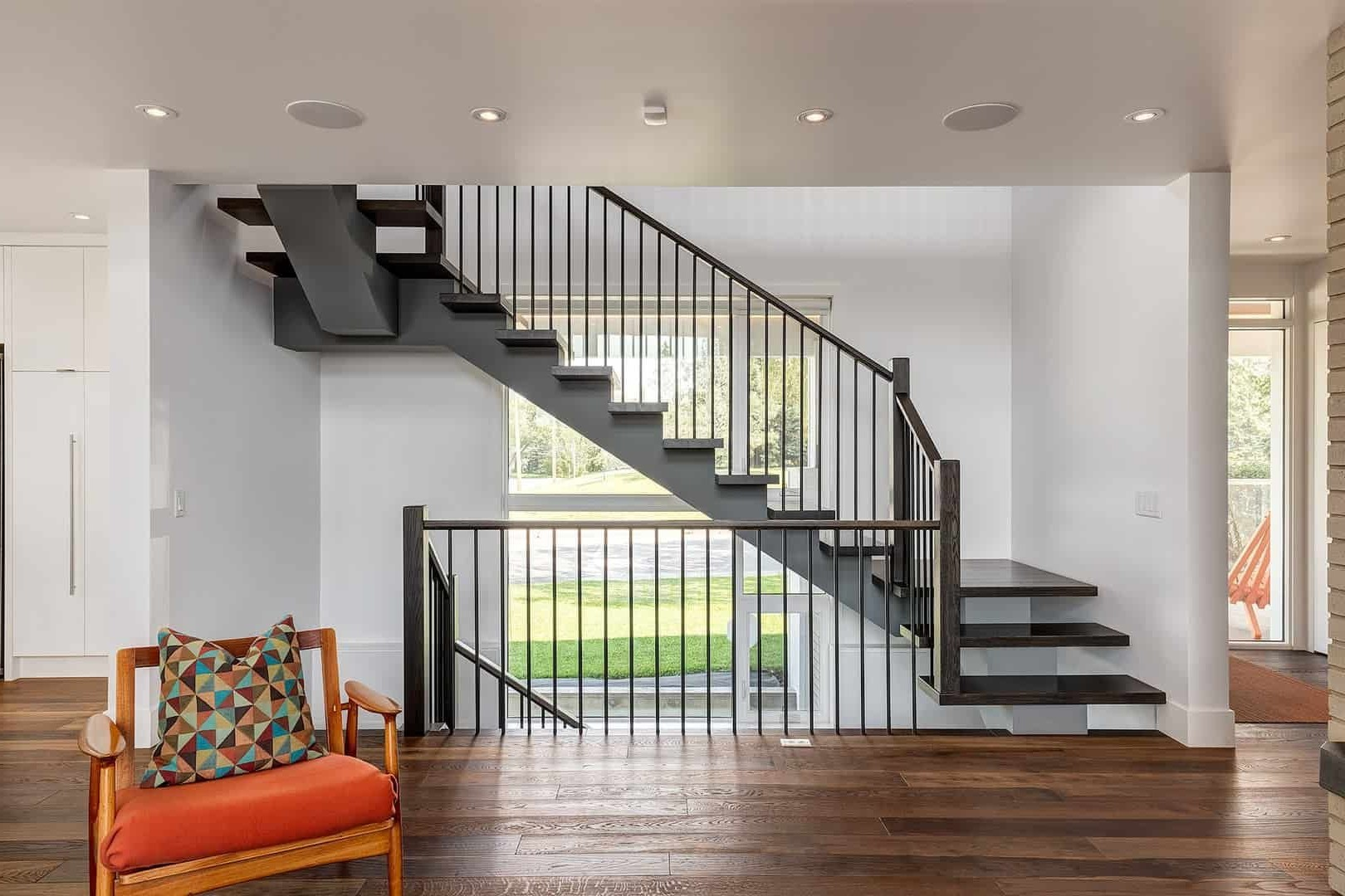 L'escalier est un point focal dans une maison à aire ouverte.