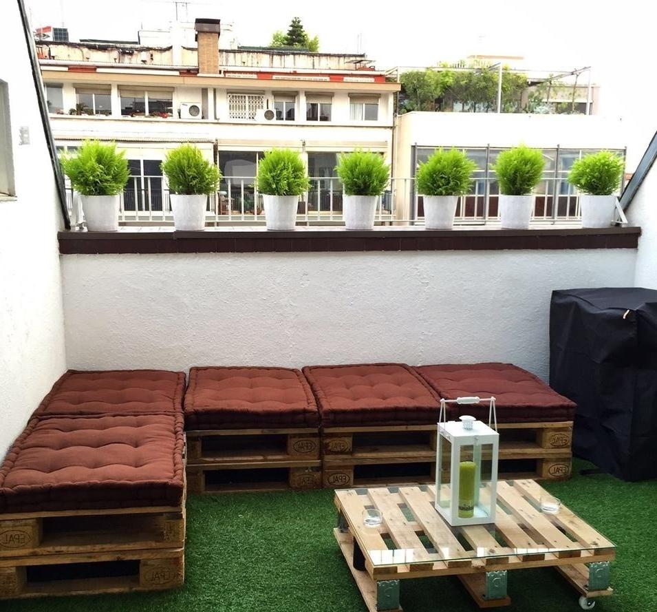 Terrasse de palettes fraîchement meublée