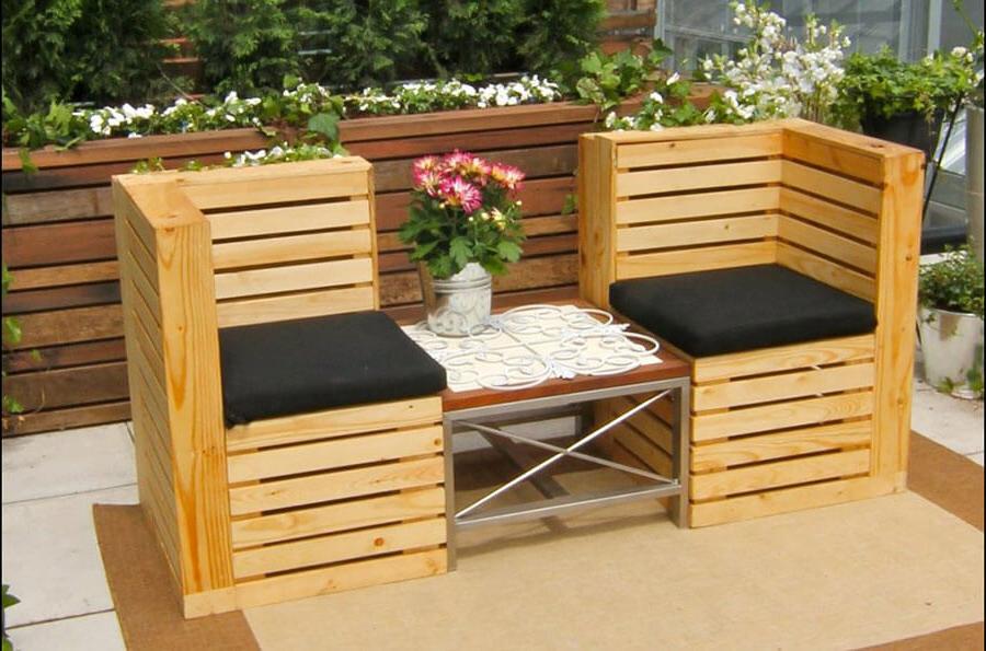 Chaises avec table en palettes pour terrasse