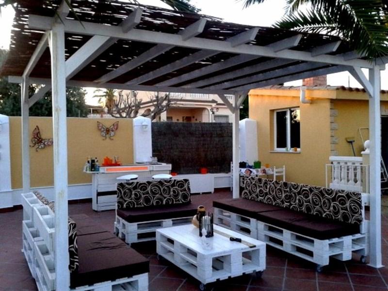 Terrasse meublée avec goût avec des palettes de bois